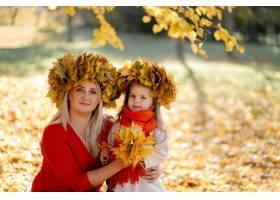 幸福的一家人在秋日漫步_3280547