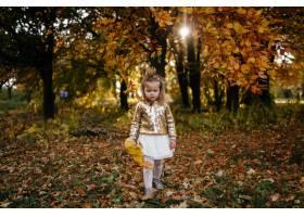 幸福的一家人在秋日漫步_3280550