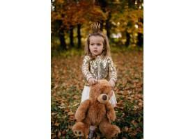 幸福的一家人在秋日漫步_3280554