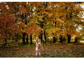 幸福的一家人在秋日漫步_3280555