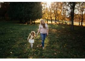 幸福的一家人在秋日漫步_3280560
