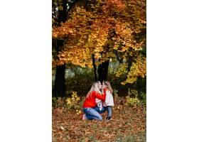 幸福的一家人在秋日漫步_3280573