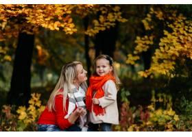 幸福的一家人在秋日漫步_3280574