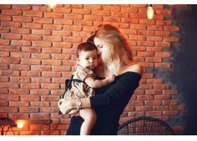 慈爱的母亲带着女儿_3589957