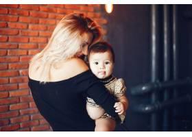 慈爱的母亲带着女儿_3589958