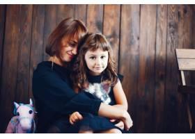 慈爱的母亲带着女儿_3591827