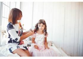 慈爱的母亲带着女儿_3591833