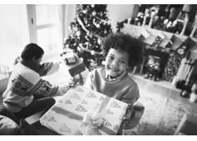 拿着圣诞礼物的非洲孩子_3274158