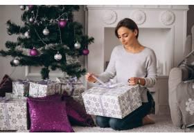 拿着大件圣诞礼物的女人_3654173