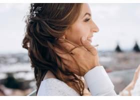 新郎抱着站在屋顶上的新娘周围有美丽的夏_3339437