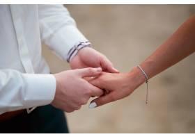 新郎温柔地牵着新娘的手_3712859