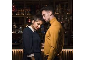 在酒吧柜台年轻男子靠近迷人的女子_3624520