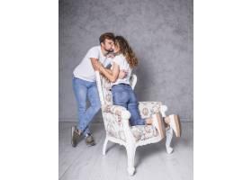 坐在扶手椅上的男人拥抱女人_3524307