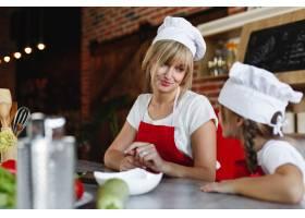 妈妈和女儿在厨房里为晚餐烹调不同的蔬菜_3341388