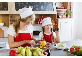 妈妈和女儿在厨房里为晚餐烹调不同的蔬菜_3342057