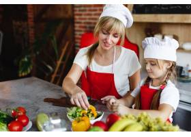 妈妈和女儿在厨房里为晚餐烹调不同的蔬菜_3342058