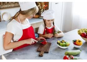 妈妈和女儿在厨房里为晚餐烹调不同的蔬菜_3342059