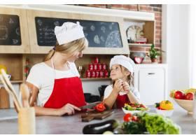 妈妈和女儿在厨房里为晚餐烹调不同的蔬菜_3342062