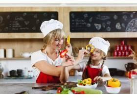 妈妈和女儿在厨房里为晚餐烹调不同的蔬菜_3342064
