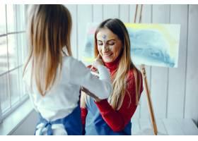 妈妈和女儿在画画_3828071