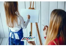 妈妈和女儿在画画_3828072