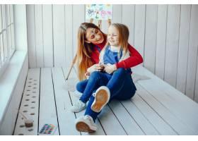 妈妈和女儿在画画_3828083