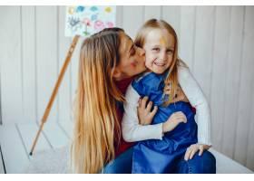 妈妈和女儿在画画_3828084