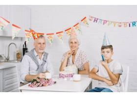 带生日蛋糕的全家福_3506445
