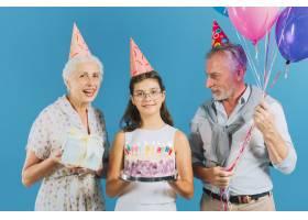 带生日蛋糕的全家福蓝色背景上的礼物和气_3506505