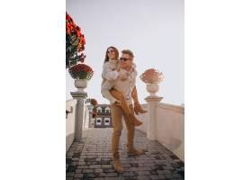 一对情侣在城堡里玩得开心_3654070