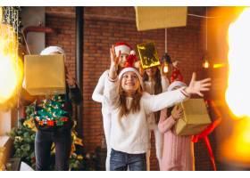 一群拿着圣诞礼物的孩子_3655220