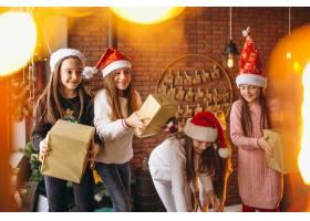 一群拿着圣诞礼物的孩子_3655221