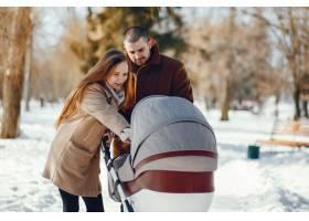 冬日公园里的一家人_3625150