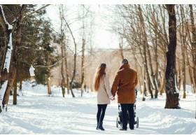 冬日公园里的一家人_3625152