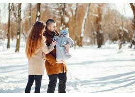 冬日公园里的一家人_3625156