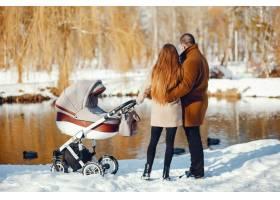 冬日公园里的一家人_3625157