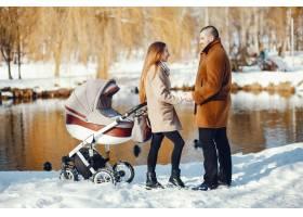 冬日公园里的一家人_3625158