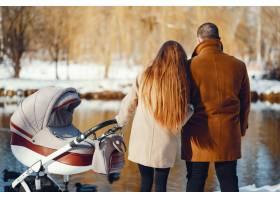 冬日公园里的一家人_3625161