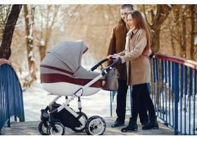 冬日公园里的一家人_3625162