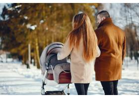冬日公园里的一家人_3625165