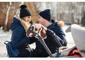 冬日公园里的一家人_3629101