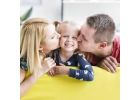 父母亲吻他们的小女儿_2676105