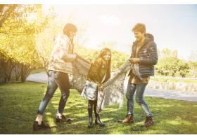 父母和女儿在公园里尽情享受_2579840