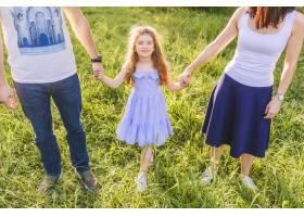 父母和女儿在公园里手牵手_2579539
