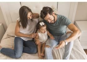 父母和女儿在智能手机上观看视频_2983064