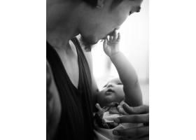爸爸在家里抱着他的宝宝家庭情感_2458077