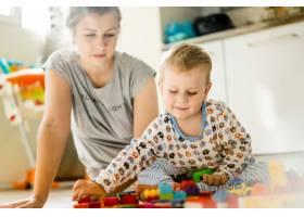 男孩和妈妈穿着五颜六色的建筑工具包玩耍_1537340