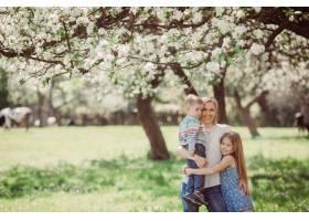 母亲带着她的孩子们走上车站在公园里_2916342