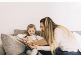 母亲给女儿看书_2914765