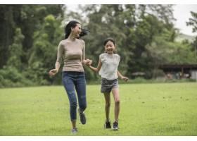 母女俩在公园里玩耍和奔跑_2888860